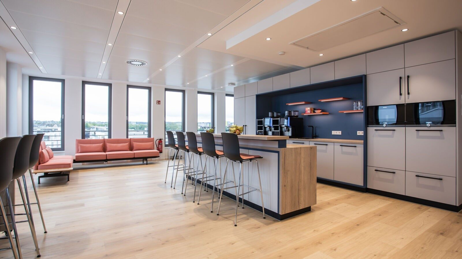 Mitarbeiterbistro: Kantine mit unterschiedlichen Sitzgelegenheiten, die auch zum Arbeiten oder für Besprechungen genutzt werden können.