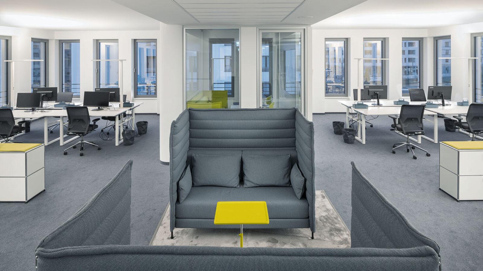Offene Bürolandschaft mit Möglichkeiten für Besprechungen und konzentriertes Arbeiten